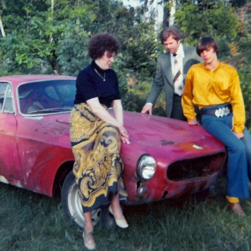 07 1975 6 juni Volvo P1800-61 i trädgården. Violet Anders o Bertil Jansson